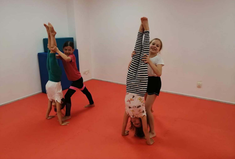 Co robić w domu? Ćwiczenia doskonalące do stania na rękach, na głowie oraz wzmacnianie – wideo